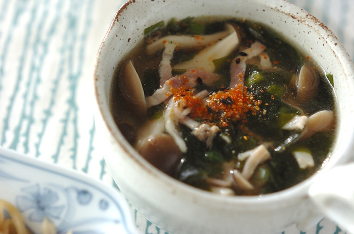 しめじは各種ビタミンの他、不足しがちな必須アミノ酸、リジンなどを含みます。旨みの成分でもあるリジンには、疲労回復効果や肝機能を高める効果があるので、元気の出ない日には是非、しめじを頂きましょう。 温かいスープで食べれば体にも優しいですよ♪ベーコンとしめじの旨みが染み出たあっさりスープに、七味唐辛子がアクセントになっています。