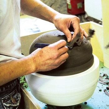 伊賀の良質な陶土は、焼成すると気孔ができ「呼吸をする土」と呼ばれるほどの粗土。この粗土が、遠赤外線効果と蓄熱力の高さを生み食材を美味しくしてくれる秘訣です。伊賀の陶土の性質を生かした長谷園の陶器たち、さっそくご紹介していきましょう!