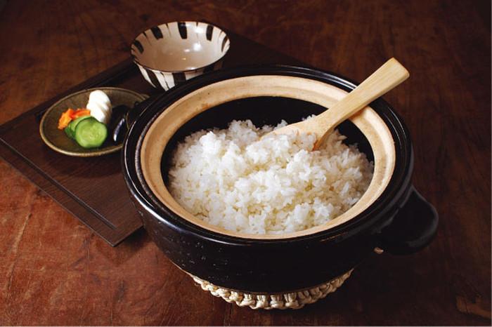 大きさは、一合・二合・三合・五合炊きの4サイズ。三合炊きで、白米三合なら中強火で約13分・蒸らし20分で炊き上がります。もちろん、玄米や炊き込みご飯も美味しく炊けますよ。火を止めるタイミングを調整すれば、おこげも楽しめます。