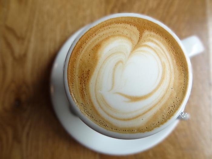 ミルクたっぷりの優しいカフェラテのような味わい「フラットホワイト」もおすすめです。