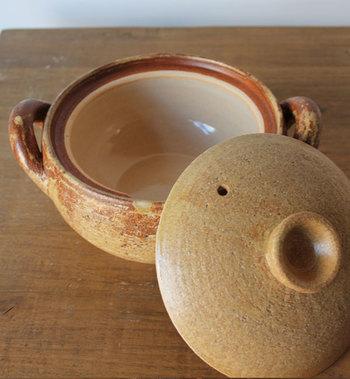 遠赤外線効果で具の芯まで旨みが浸透。鍋の内側にはマイナスイオンを発する釉薬が施されており、塩分をまろやかにしてくれる効果があります。