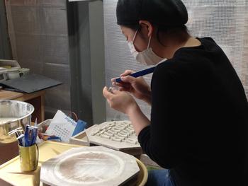 「KANEAKI SAKAI POTTERY」の作品は、金秋酒井製陶所デザイン室に所属する二人の女性デザイナーによって作られています。