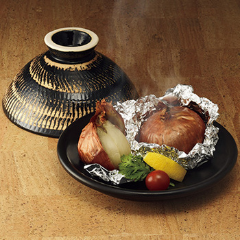 タジン鍋のようにふっくらと美味しい蒸し料理ができる「ふっくらさん」。蓋はひっくり返して器としても使用できます。