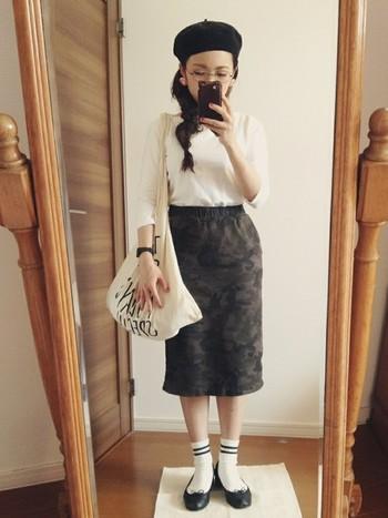 迷彩柄のタイトスカートは一見難しそうなアイテムですが、ラインソックスとレペットで華奢な足元にすることでナチュラルに着こなせます。