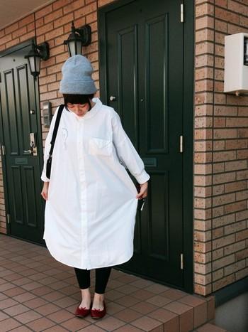 オーバーサイズでカジュアルなシャツワンピースですが、足元はレペットで女性らしく。