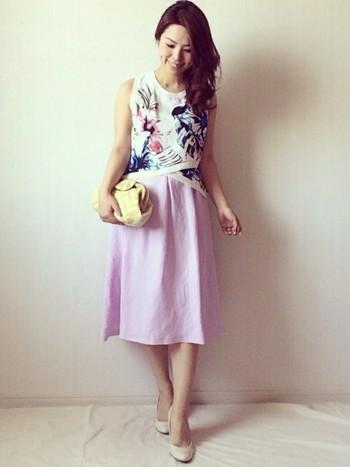 花柄ノースリーブ×ピンクのリネンスカート  個性派と言うより、着こなし・センス・上品さがワンランク上ですね。 リネンっぽく見えないところや色が珍しいのもポイントでしょう。 白いヒール・シャツ・ベルトで揃える事で統一感が出ています。  バックもクラッチバックが似合います。