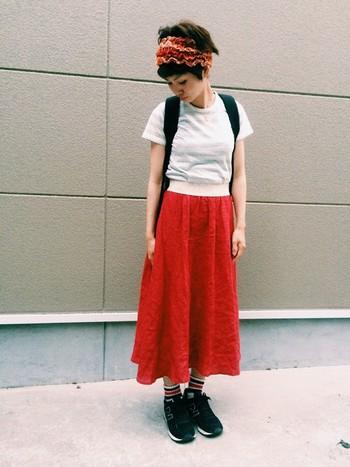 赤×白の組み合わせ  特徴のあるヘアバンドに珍しい色の赤リネンスカートが素敵ですね。 靴もシューズを黒にする事で落ち着いた雰囲気になります。  靴下もあえて色が入っているものを選ぶことでポイントになります。 この場合、真っ白の靴下でも可愛くまとまりそうですね。