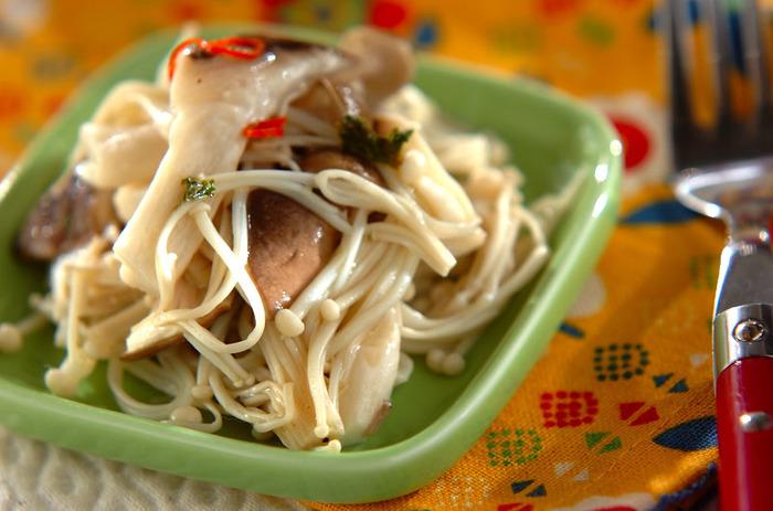 キノコは一度湯通しして、マリネ液に浸けこみます。常備菜として作り置きしておけるのもいいですね。いろいろなキノコの食感を一度に楽しんでみて下さい。