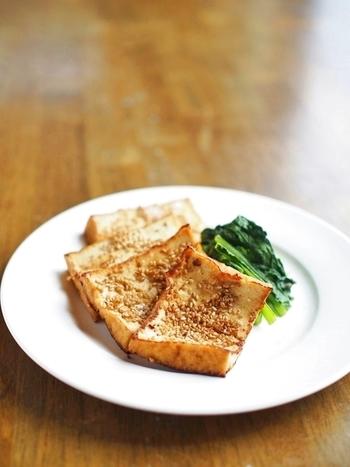 【厚揚げの生姜醤油づけ★ゴマ焼き】 しっかり下味を付けたいけれど、時間がちょっと足りない…という時こそポリ袋の出番。わずかな時間でもまんべんなく下味を付けることができます。