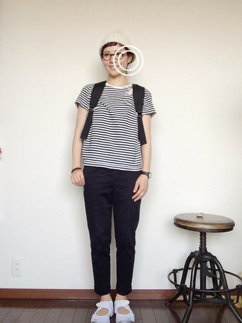 ボーダーTシャツと黒パンツの組み合わせは定番中の定番なだけに、小物使いで今年らしく。ニットキャップとリュックサック、ユニークなデザインのナイキのシューズ。すべてモノトーンでまとめて、軽快な街歩きスタイルの完成。