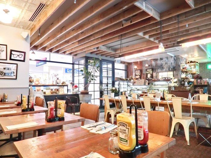 新橋駅すぐの「バビーズ 汐留」。アメリカンモダンなこちらのお店は、ビジネス街に位置していて様々な用途に使われています。カジュアルな雰囲気に、仕事モードの心もほぐれていきそう。