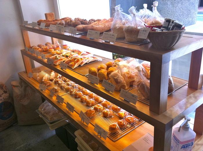 白が基調の店内には、おいしそうなパンがずらり!どれにしようか迷っちゃいますね。