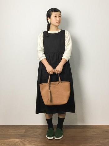 カッティングが綺麗なリネンのワンピースは、一枚で着ても、重ね着しても可愛い。読書の秋が似合いそうな、女学生風のきちんとコーディネート。