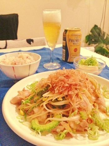 夏バテ防止に、沖縄料理のチャンプルーにチャレンジ♪豆もやしもゴーヤもビタミンCがたっぷり入った食材です。ゴーヤは塩でよく揉んでから、流水で洗うと苦みがとれますよ。