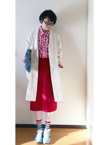 白と赤を基調としたコーデに、青を差し色にしたトリコロールファッションがおしゃれですね。水色のスニーカーは、コーデに爽やかさをプラスしてくれます。