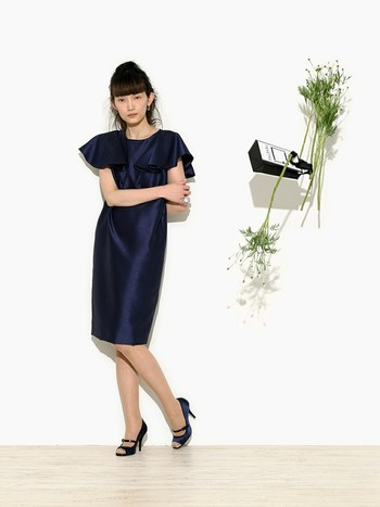 袖のフリルが印象的なドレス。モードな雰囲気で個性を出したい人におすすめです。