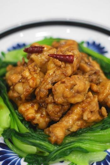 唐辛子と五香粉(桂皮/シナモン、丁香/クローブ、花椒/カホクサンショ、小茴/ウイキョウ、大茴/八角、陳皮/チンピをまぜた中国の調味料)を加えるだけで、本格中華風のひと品に。