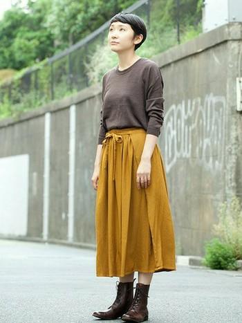 レースアップブーツにマスタードカラーのスカートが秋らしいスタイルに。