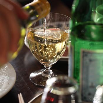 日本ならではの美意識をコンセプトにインテリアや生活雑貨を発信している「TIME&STYLE(タイム&スタイル)」のグラス。カリスマ骨董店主でもある猿山修さんがデザインした「AYE(アイ)」は、ステムが短いワイングラスです。