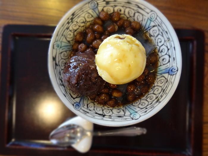 こちらはきみやの人気メニュー、もっともシンプルな甘味「豆かん」にバニラアイスをのせた「まる豆かん」。シンプルだからこそ素材ひとつひとつの美味しさが重要な一品。