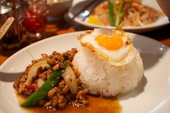 タイ料理といえばグリーンカレーやトムヤムクン、パッタイなどが有名ですが、自分で作るとなるとけっこう大変ですよね。そんな中、自宅で手軽につくれて、本格的な味が楽しめると注目されているのが「ガパオライス」です。