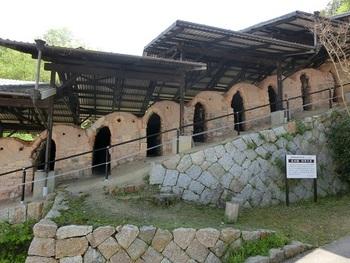 国の登録有形文化財に指定された、16の部屋からなる登り窯。創業当時から昭和40年代(1970年代)まで稼働していたもので、これだけの大きさの登り窯が現存しているのはここ長谷園だけだそうです。