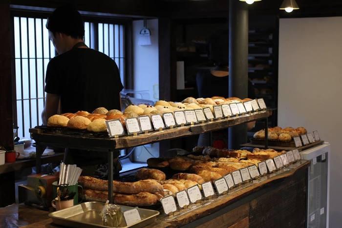 とっても種類豊富な店内。お食事に合わせるパン、菓子パン、お惣菜パンなど約50種類ものパンが並びます。日本がコンセプトなだけあって、日本の四季折々の旬の物を積極的につかい、日本の食材・食文化を強く意識しています。