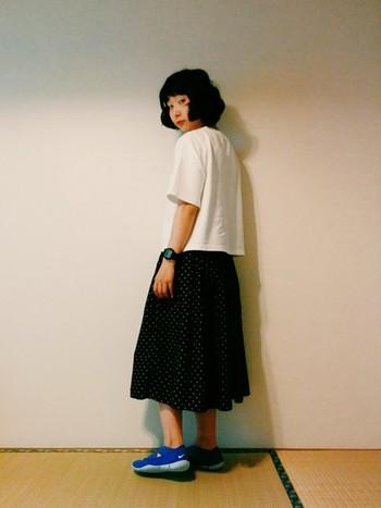 Tシャツにデジタルウォッチ、トレーニングシューズというスポーティーなコーディネートも、ドットのフレアスカートを合わせることで、女の子らしいスタイリングに。