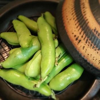 付属の金網で網焼きも楽しめます。空豆がとても美味しそうですね。これでお餅を焼いてもふっくらとして美味しいですよ。