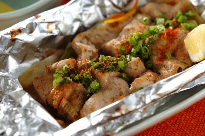 醤油ベースの和風ダレに漬け込んだお肉を野菜と蒸し焼き。しっかり包むことでむね肉もふっくらと仕上がります。