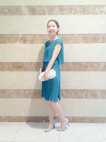 鮮やかな色目がパッと目を引く、ブルーのドレス。 細かいプリーツが全体に施され、歩くたびに表情を変えて、上品な女性を演出してくれます。