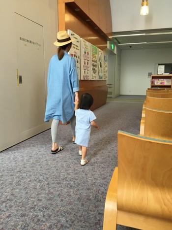 レギンスは夏のアイテム、麦わら帽子との相性だって抜群。グレーのレギンスは、比較的どんな色の服にも合わせやすいスグレモノ。大人っぽく落ち着いたコーディネートになります。