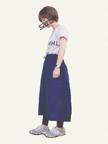 ロングスカートの下に重ねて、ちょっぴりスポーティなレギンスコーディネート。半袖でも、足元を秋っぽいアイテムにすることで、季節をしっかりと意識したスタイルになりますね。