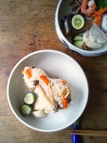 出来上がった炊き込みごはんは抜き型を使って盛り付けるとまるで料亭のお食事のようになりますね。おもてなしに使えるアイデアです。