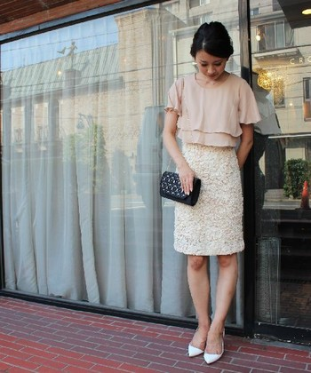 淡いカラーのピンクやベージュも人気♪そんなカラーのドレスの場合には、小物や羽織ものの色をダーク系にする等、全体に白っぽくならないようなコーディネートを心がけましょう。