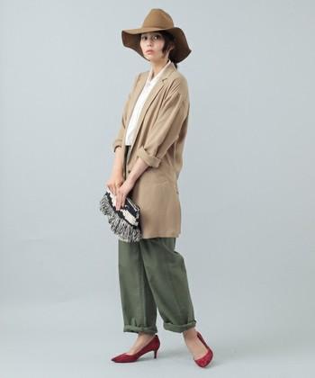 大きなポケットが付いたミリタリー色の強いベイカーパンツは、きれいめのジャケットを合わせることできちんと感をプラス。
