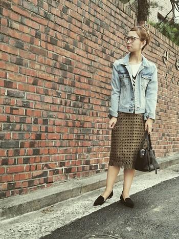 ドット柄のカットワークが個性的なスカートは、デニムジャケットとオペラシューズでシンプルに女性らしく。