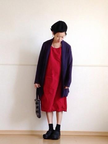 赤のワンピースに暗めのジャケットをはおると赤が主張しすぎず、とてもバランス良い着こなしに。
