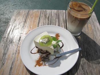 こちらは、リコッタチーズのレアチーズケーキ&カフェラテ。開放感抜群の屋上テラスでいただくスイーツはまた格別です!