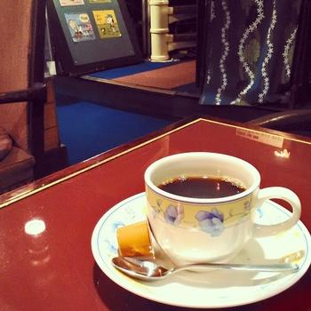 喫茶店ならではのおいしいコーヒーと、いっぱいの緑とやさしい照明の灯りが、心を落ち着かせてくれます。