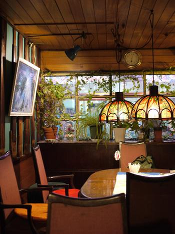 いかにも純喫茶的な、クラシカルな雰囲気とは対照的に、カーペットが青だったり、カラフルな椅子だったり、アーティスティックな一面ものぞかせる店内。
