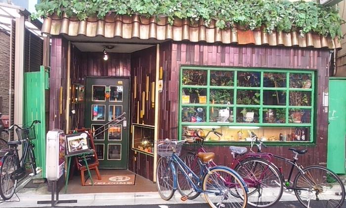 こちらは今年12月に開業53年目を迎える、老舗喫茶「Seven(セブン)」。三軒茶屋駅の南口側にある栄通り入り口で、レトロな佇まいと重厚感あふれるオーラを放ちながら出迎えてくれます。