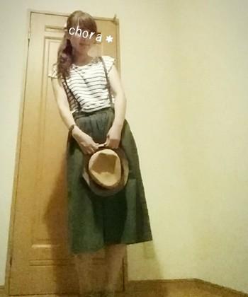 カーキのスカートなら、甘くなりすぎないおしゃれが楽しめそう。グレーのロングカーディガンを羽織れば秋もOK。