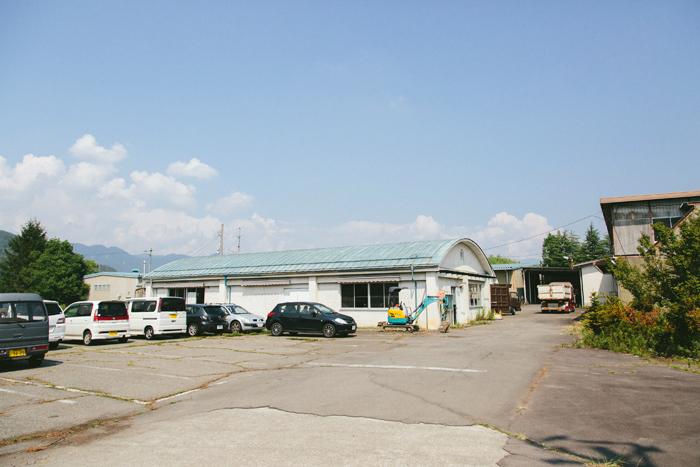 水色の屋根を持つ倉庫がいくつも並んでいます