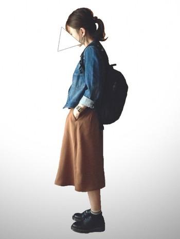 コンサバになりがちなキャメルスカート×デニムのきれい目スタイルのハズしにも。普通の華奢な靴だと、この存在感は出ません。
