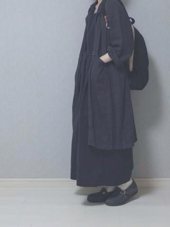 重くなりがちな黒一色のコーディネートでも、リネンなら軽やかな印象に。ロングコートとロングワンピースの組み合わせで、すとんとナチュラルなコーディネート。