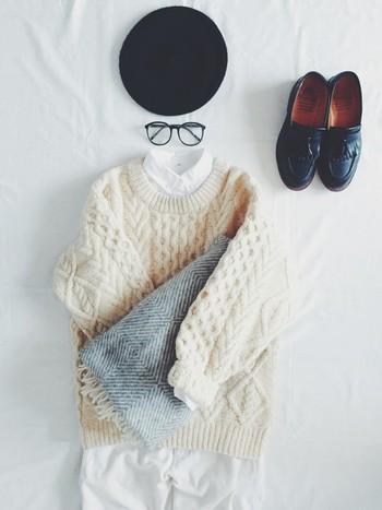 ニットだけではカジュアルすぎるし、シャツだけではかっちりしすぎてしまう。そんなときはシャツ×ニットのコーディネート。ニットからシャツをちらりと覗かせることで程よい抜け感のあるコーディネートに仕上がり、組み合わせ次第で、秋冬の着こなしの幅は無限に広がります。