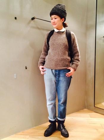 モヘア素材のニットはもこもこで冬でも暖かく過ごせます。ニットから覗くシャツの襟がキュートな印象ですね。