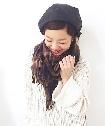 ざっくりニットとベレー帽との相性もバツグン。チェックの柄が細かいと女の子らしさがぐんとアップ!