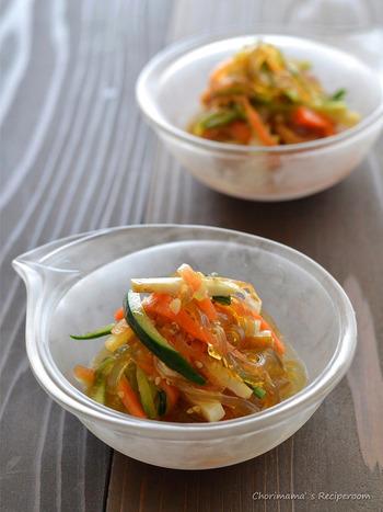 さっぱり中華風サラダです。ところてんをつかっているのでヘルシーですし、つるつるっと美味しく食べられます。ちくわと他の具材のきり方を揃えるのもポイントですね。